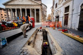 Archaeological investigations following the opening of a sinkhole in Piazza della Rotonda in front of the Pantheon in Rome have unearthed the ancient pavement of the imperial era.