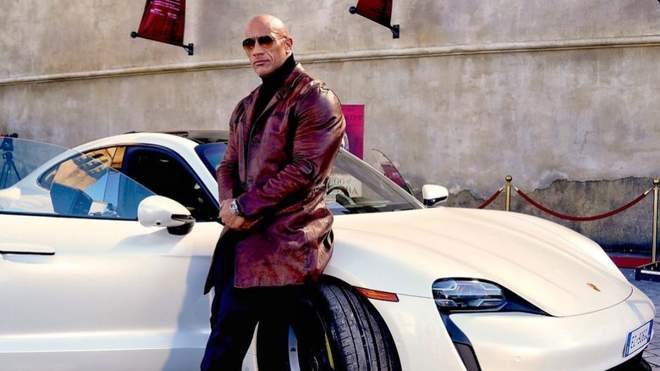 Dwayne Johnson did not fit in a new sports car on the set of the Netflix action movie: curious photo